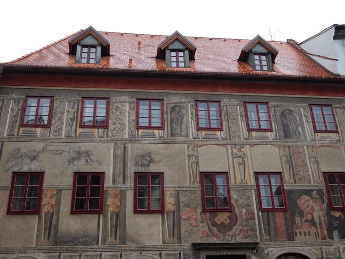 ルネッサンス風の装飾がある54番の角の建物