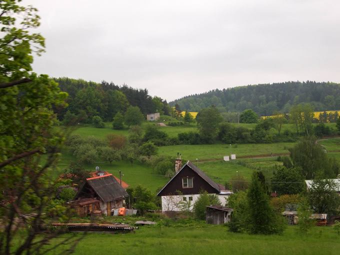 田舎の小さな家々がみえる