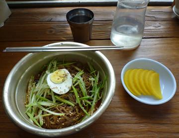 韓国冷麺、なぜ金たらいの中に!?