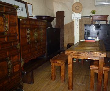お店の中には伝統家具が展示してあった