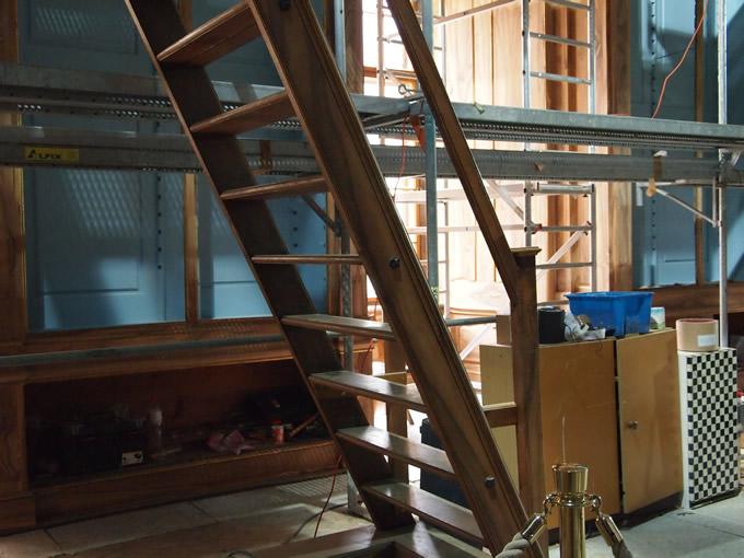 天井の高い図書館を修復するためのはしごが...