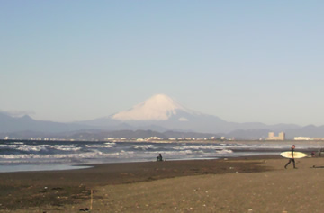 元旦の富士山(と、右端にサーファー初乗り)