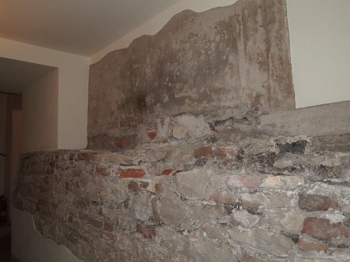 そのままの壁が残されている