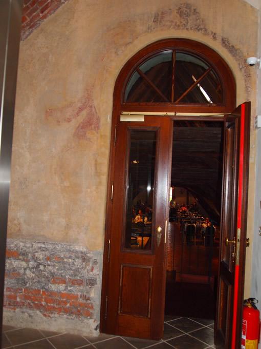 ドアは新しいが、レンガが残っている