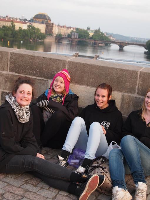 橋の上で歌う女の子達