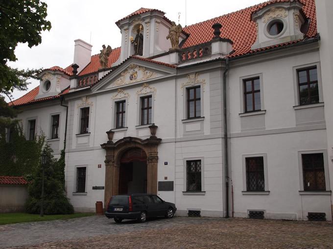 この大きな施設は「ストラホフ修道院」でした!